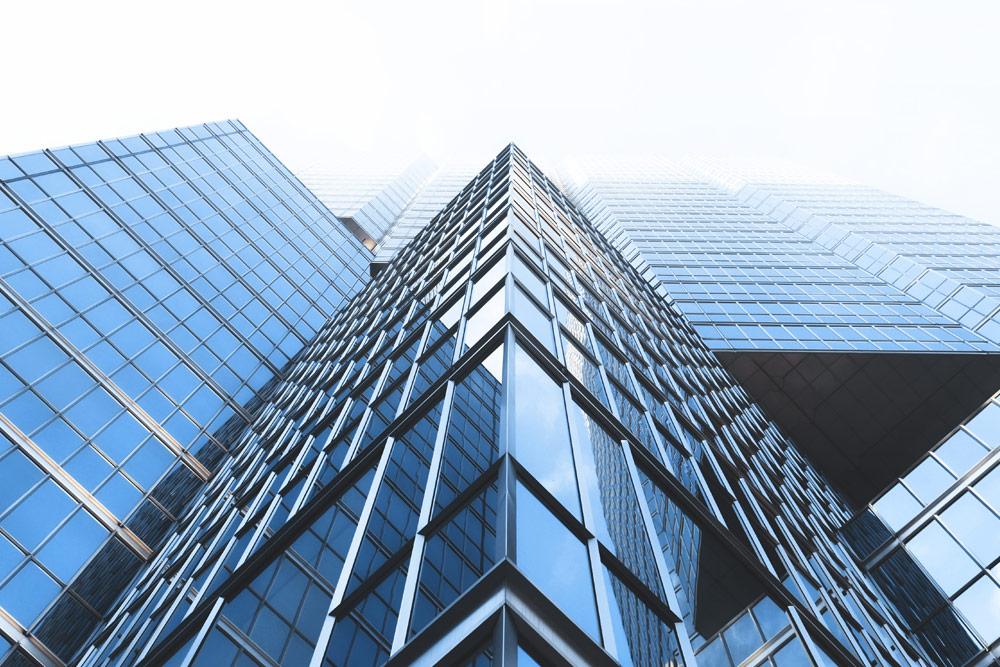 Bürogebäude aus der Froschperspektive