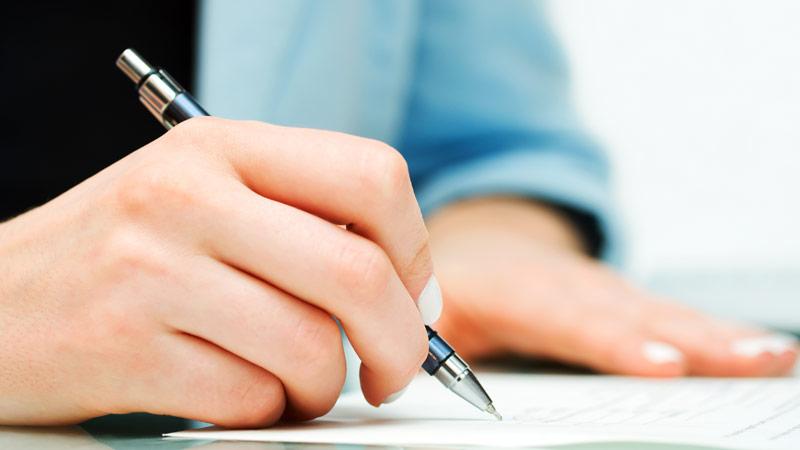 Frau schreibt auf Papier - Schreibservice